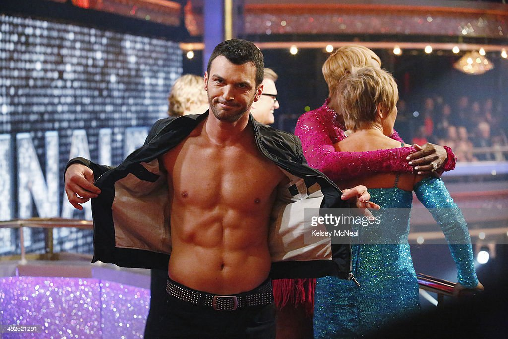STARS - 'Episode 1810A' - In the two-hour Season Finale on TUESDAY, MAY 20 (9:00-11:00 p.m., ET) the show began with a high-energy performance featuring a reunion of all 12 of this season's couples as well as the judges. DOVOLANI