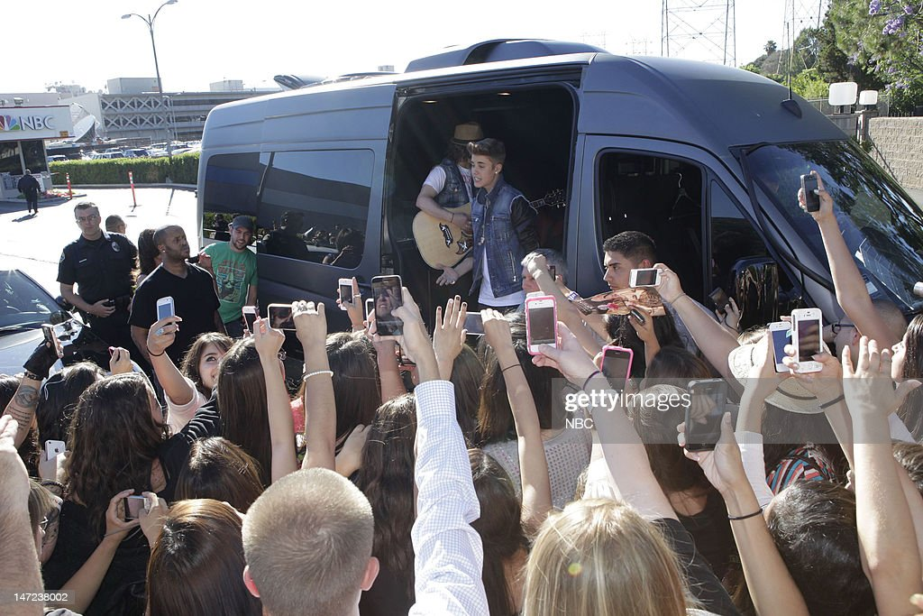 LENO -- (EXCLUSIVE COVERAGE) -- Episode 4279 -- Pictured: After his appearance on the Tonight Show musical guest Justin Bieber performs for fans waiting outside on June 27, 2012 --