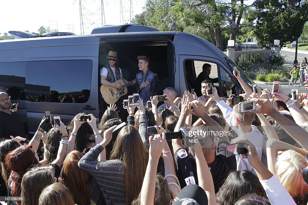 LENO -- (EXCLUSIVE COVERAGE) -- Episode 4279 -- Pictured: After his appearance on the Tonight Show musical guest <a gi-track='captionPersonalityLinkClicked' href=/galleries/search?phrase=Justin+Bieber&family=editorial&specificpeople=5780923 ng-click='$event.stopPropagation()'>Justin Bieber</a> performs for fans waiting outside on June 27, 2012 --