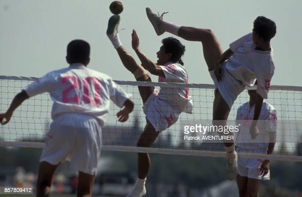 L'equipe olympique thailandaise de Takraw football traditionnel jouant sur la place devant le palais royal en mai 1994 en Thailande
