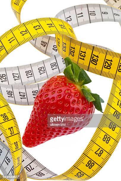 Erdbeere und ein Maßband für erfolgreiche Diät Auf weißem Hintergrund