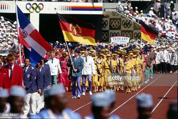 Eröffnungsfeier im Olympiastadion Einmarsch der Mannschaft der DDR dahinter die Olympiamannschaft der BRD