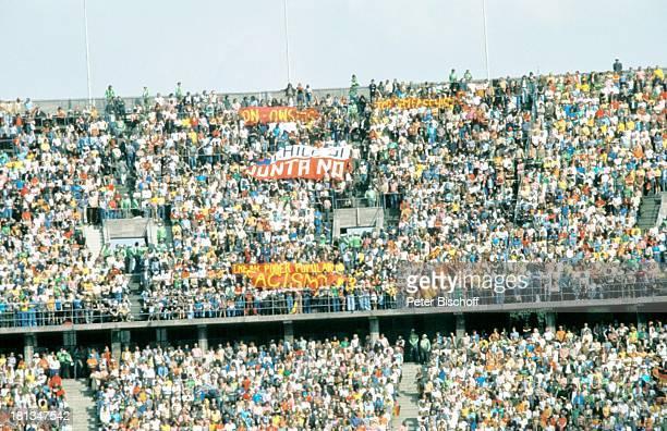Eröffnungsspiel der FussballWeltmeisterschaft 1974 Brasilien Juguslawien Frankfurt Deutschland Stadion EröffnungsSpiel Fussball Publikum Fans...