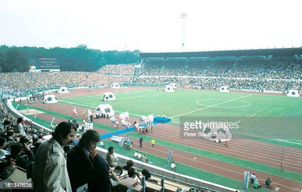 Eröffnungszeremonie der FussballWeltmeisterschaft 1974 Frankfurt Deutschland Stadion EröffnungsZeremonie Fussball Publikum Fans Fussballer...