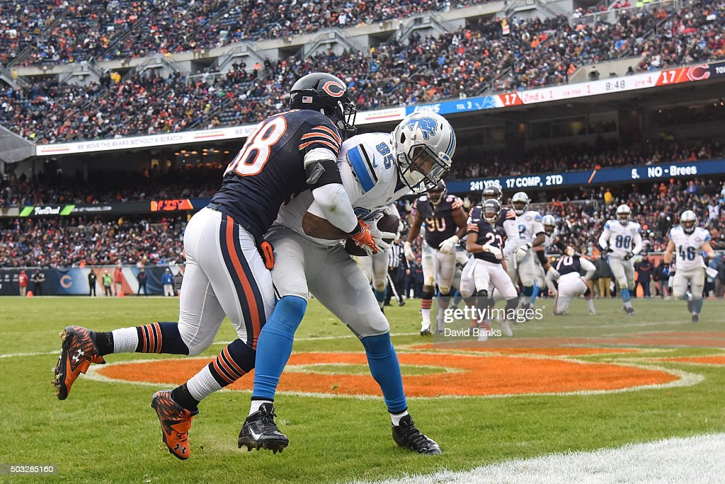 <a gi-track='captionPersonalityLinkClicked' href=/galleries/search?phrase=Eric+Ebron&family=editorial&specificpeople=8312199 ng-click='$event.stopPropagation()'>Eric Ebron</a> #85 of the Detroit Lions makes a touchdown against <a gi-track='captionPersonalityLinkClicked' href=/galleries/search?phrase=Adrian+Amos&family=editorial&specificpeople=8489598 ng-click='$event.stopPropagation()'>Adrian Amos</a> #38 of the Chicago Bears in the fourth quarter at Soldier Field on January 3, 2016 in Chicago, Illinois.