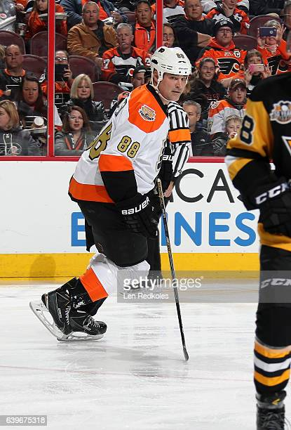 Eric Lindros of the Philadelphia Flyers Alumni skates against the Pittsburgh Penguins Alumni on January 14 2017 at the Wells Fargo Center in...