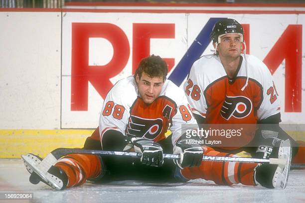 Eric Lindros of the Philadelphia Flyers warms up before a hockey game against the Washington Capitals on March 4 1994 at the USAir Arena in Landover...