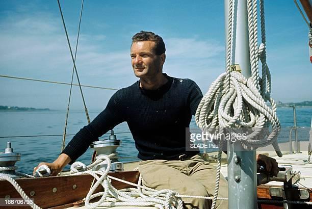 Eric Tabarly Wins The Transatlantic Solo Race Plymouth Newport 1964 Erik TABARLY en pull marin sur son bateau assis près d'un des mats au cordage...
