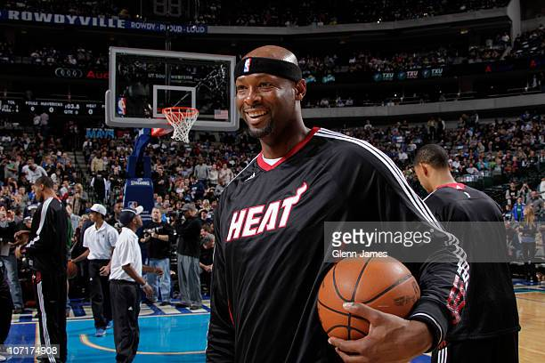 Erick Dampier of the Miami Heat returns to face his former team the Dallas Mavericks during a game on November 27 2010 at the American Airlines...