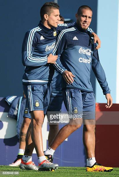 Erik Lamela talks with Jonathan Maidana during a training session at Argentine Football Association 'Julio Humberto Grondona' training camp on May 24...