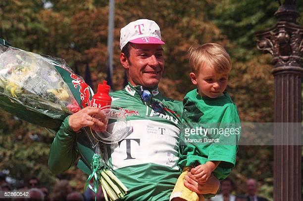 Erik ZABEL/GER mit Sohn bei der Siegerehrung