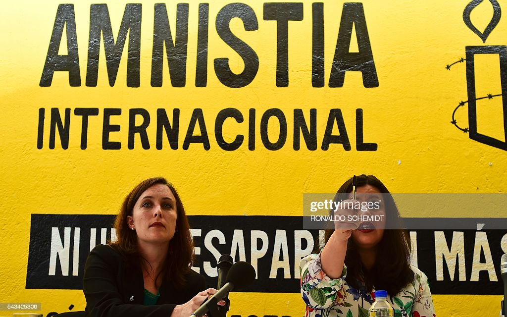 Erika Guevara-Rosas (R), director for the Americas of Amnesty International speaks next to Madeleine Penman researcher on Mexico for Amnesty International (L) during the presentation of the report 'Survive to the death' on torture to women in jails of Mexico, on June 28, 2016, in Mexico city. / AFP / RONALDO