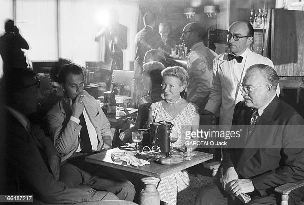 Ernest Hemingway Visiting Paris In France Juillet 1953 Ernest HEMINGWAY aux courses hippiques d' Auteuil Dans un bar autour d'une table l' écrivain...