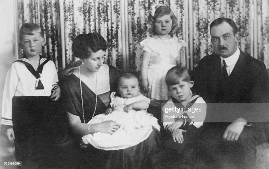 Ernest-Auguste III de Hanovre, duc de Brunswick, sa femme Victoria-Louise de Prusse et leurs enfants Ernest-Auguste IV de Hanovre (8 ans), Georges-Guillaume de Hanovre (6 ans et demi), Frederika de Hanovre (4 ans) et Christian de Hanovre (bébé), circa 1920.