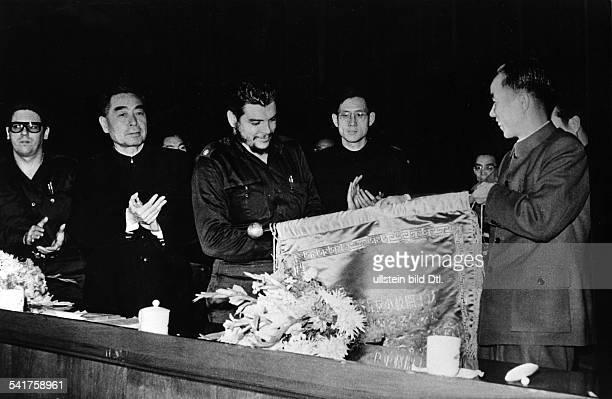 Ernesto Che Guevara *Arzt Politiker Argentinien / Kubabei einem Zusammentreffen mit demMinisterpräsidenten der VolksrepublikChina Zhoe Enlai in...