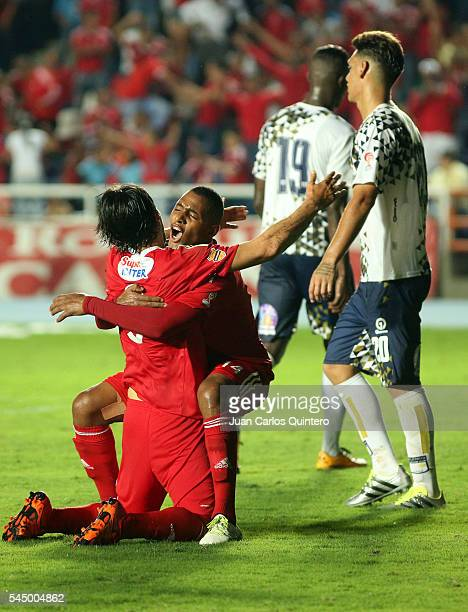 Ernesto Farias of America de Cali celebrates with teammate Alejandro Peñaranda after scoring the second goal of his team during a match between...