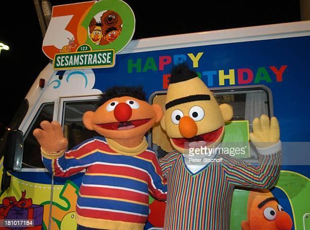 Ernie und Bert NDR/ARDKindershow 'Sesamstraße' beim OlympiaStadion München 30 Jahre Sesamstraße Jubiläum winken SesamstraßeMobil Dekoration