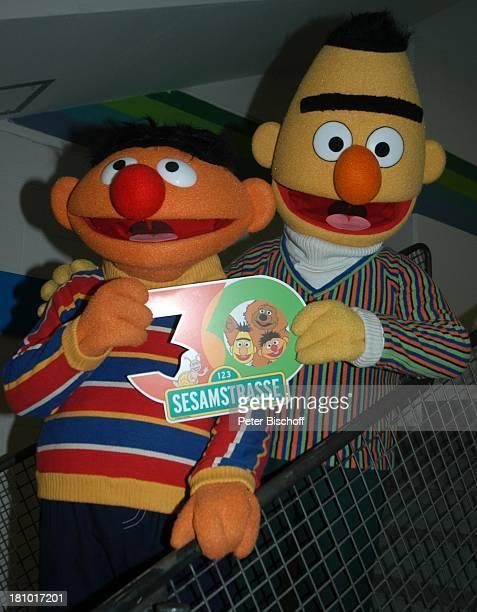 Ernie und Bert NDR/ARDKindershow 'Sesamstraße' beim OlympiaStadion München 30 Jahre Sesamstraße Jubiläum SesamstraßenLogo zum Jubiläum