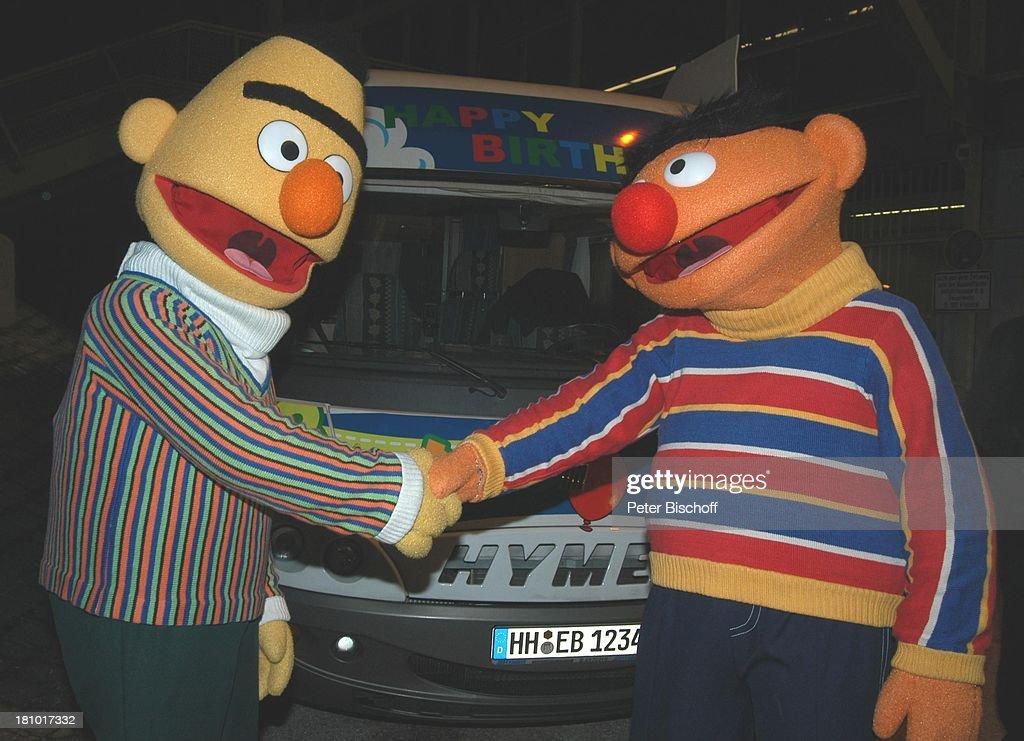 Ernie und Bert NDR/ARDKindershow 'Sesamstraße' beim OlympiaStadion München 30 Jahre Sesamstraße Jubiläum winken SesamstraßeMobil Händedruck Hände...