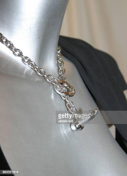 Erotischer Schmuck Kette der Designerin Vivienne Westwood in Form eines erigierten Penis