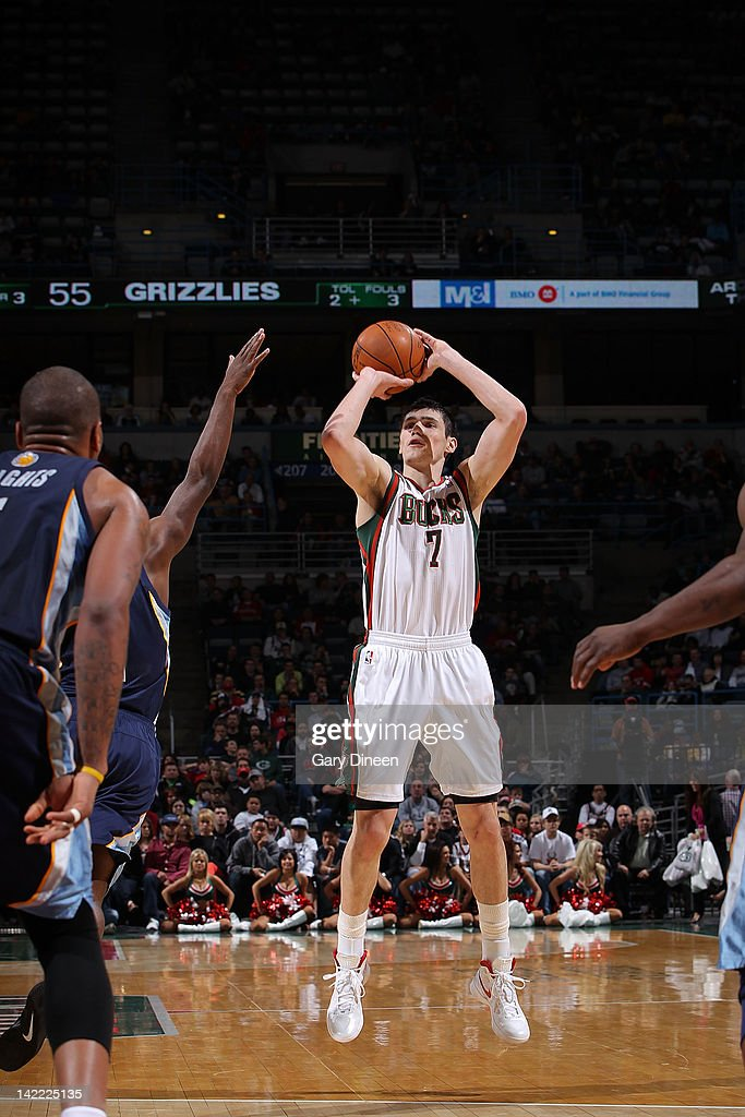 <a gi-track='captionPersonalityLinkClicked' href=/galleries/search?phrase=Ersan+Ilyasova&family=editorial&specificpeople=557070 ng-click='$event.stopPropagation()'>Ersan Ilyasova</a> #7 of the Milwaukee Bucks shoots against Jeremy Pargo #1 of the Memphis Grizzlies on March 31, 2012 at the Bradley Center in Milwaukee, Wisconsin.