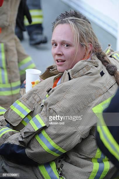 Erschöpfte Feuerwehrfrau nach dem 4 Berliner Firefighter Stairrun im Ziel auf dem Dach des Park InnHotels am Alexanderplatz in Berlin