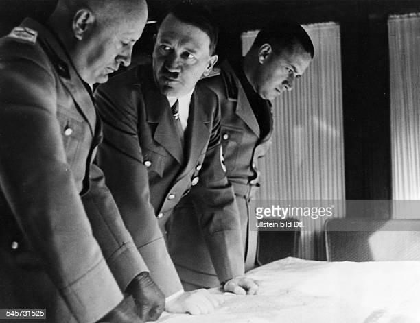Erste Besprechungen zwischen AdolfHitler und Staatschef Benito Mussoliniim Sonderzug der italienischen Gästeauf der Fahrt von Kufstein nach...