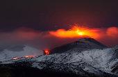 Incredibile eruzione del vulcano Etna, spettacolari esplosioni e colate di lava illuminano la notte siciliana.Etna volcano eruption in Italy