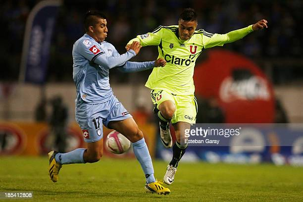 CŽesar Pinares of Deportes Iquique struggles for the ball with Marcelo Jorquera of Universidad de Chile during a match between Deportes Iquique and...