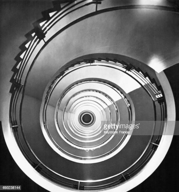 Escalier dans un hôtel à Hambourg Allemagne circa 1945
