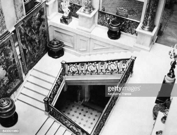 L'escalier de marbre de la maison des Barons Rothschild sur Piccadilly alors que la demeure est vendue aux enchères circa 1930 à Londres RoyaumeUni