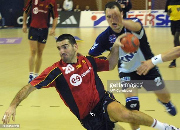 L'espagnol Ortega Perez Antonio tire au but malgré le défenseur du Groenland Rasmus Larsen le 24 janvier 2001 à Besancon lors de la rencontre...