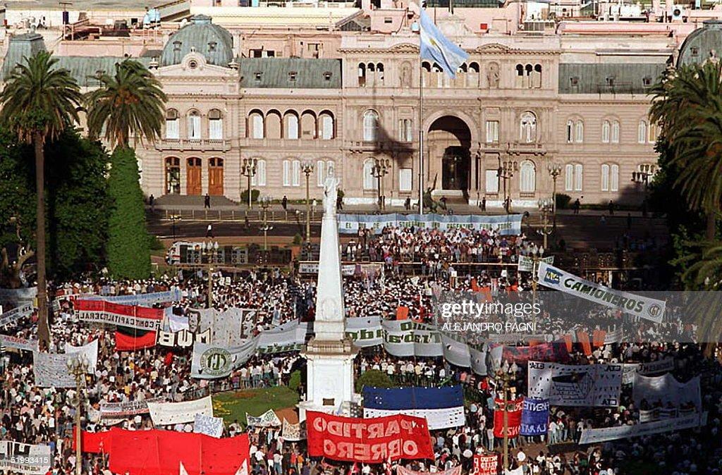 Esta foto muestra una vista parcial de la movilizacion de trabajadores sobre la Plaza de Mayo en frente a la Casa de Gobierno el 20 Noviembre Miles...