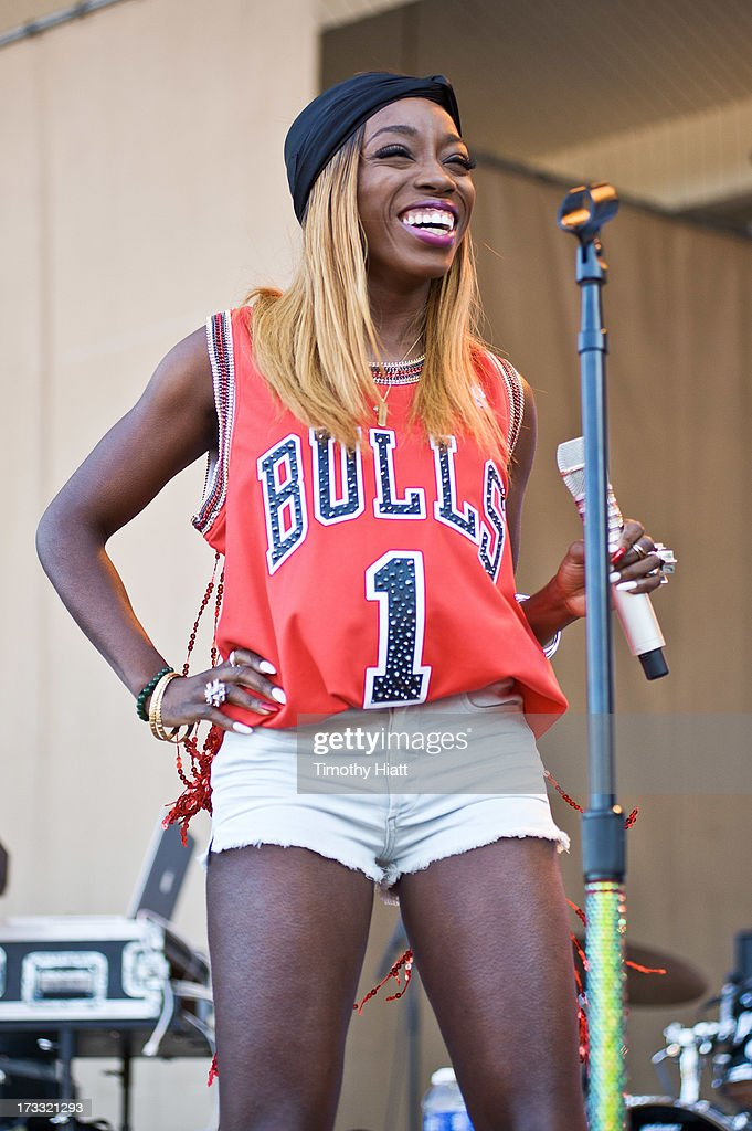 <a gi-track='captionPersonalityLinkClicked' href=/galleries/search?phrase=Estelle+-+Singer&family=editorial&specificpeople=206205 ng-click='$event.stopPropagation()'>Estelle</a> performs during the 2013 Taste Of Chicago at Grant Park on July 11, 2013 in Chicago, Illinois.