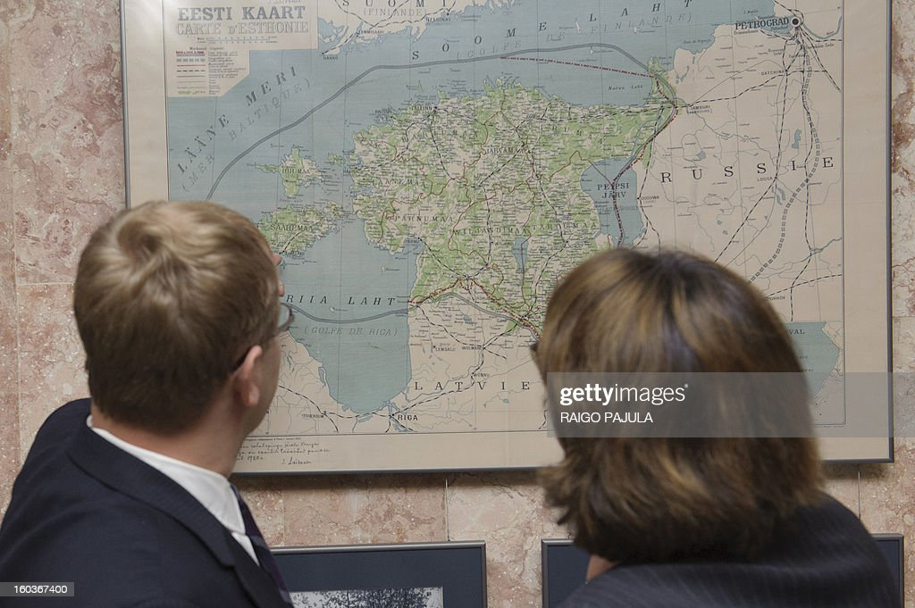 Estonian Foreign Mininister Urmas Paet (R) and Georgian Foreign Mininister Maia Panjikidze (L) look at a map as part of an exhibition on Estonian history following a meeting in Tallinn, Estonia on January 30, 2013. PAJULA