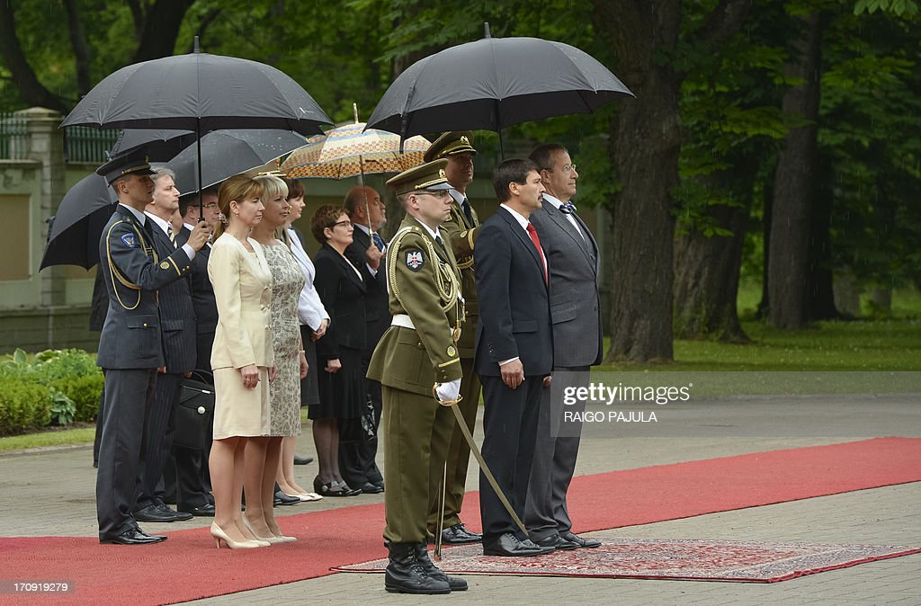 Estonian President Toomas Hendrik Ilves (R) and his Hungarian counterpart Janos Ader (2nd R) review an honor guard during their meeting in Tallinn on June 20, 2013.