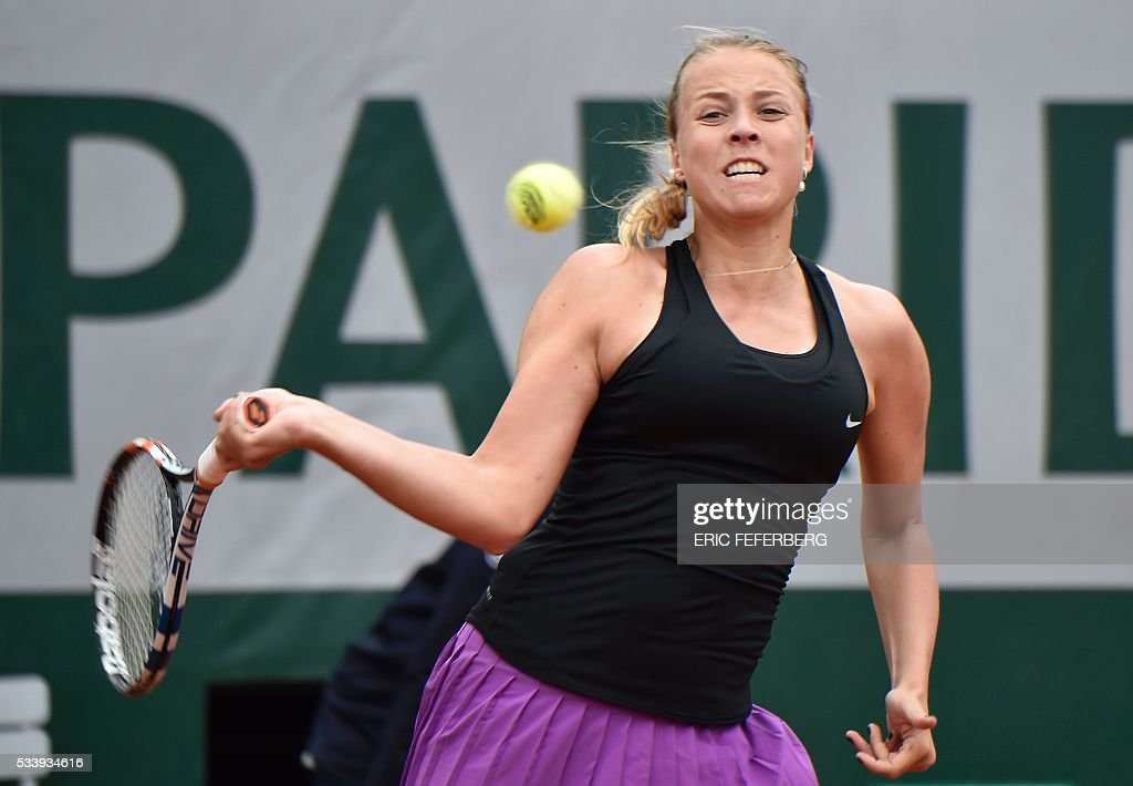 Estonia's Anett Kontaveit returns the ball to US Venus Williams during their women's first round match at the Roland Garros 2016 French Tennis Open in Paris on May 24, 2016. / AFP / Eric FEFERBERG