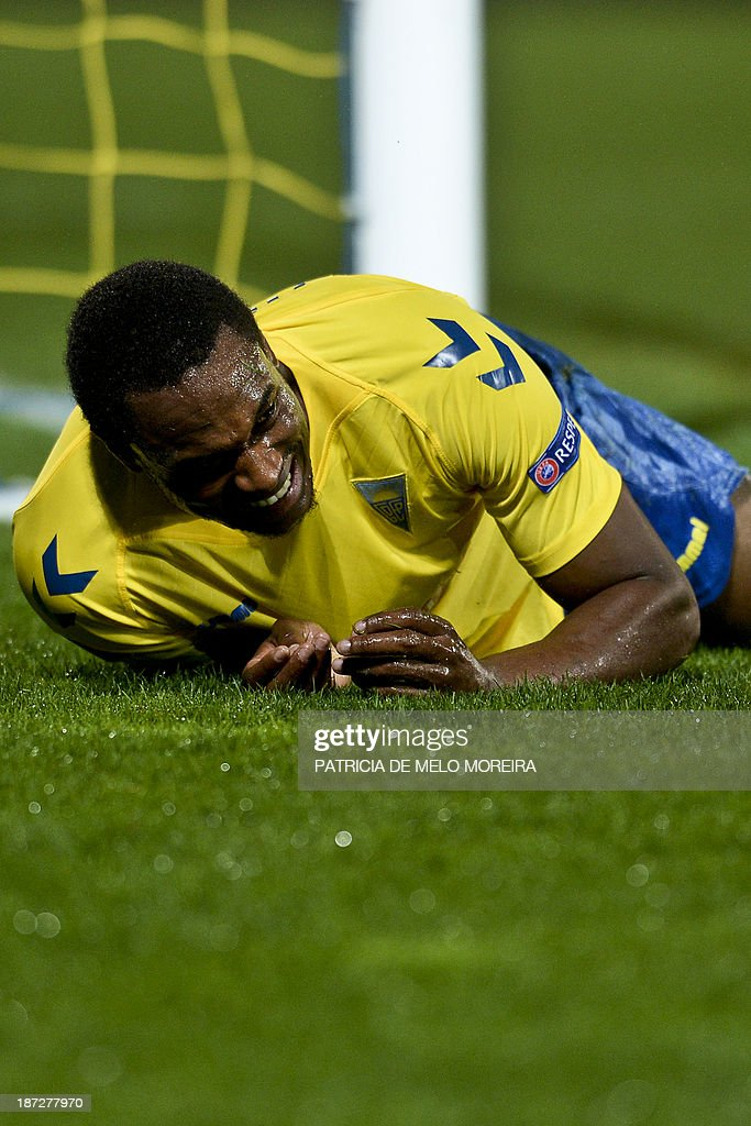 Estoril's forward Luis Leal reacts after missing a goal opportunity during the UEFA Europa League group H football match Estoril vs SC Freiburg at the Antonio Coimbra da Mota stadium on November 7, 2013.