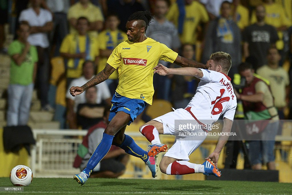 Estoril's Spanish forward Javier Balboa (L) vies with Sevilla's defender Alberto Moreno (R) during the UEFA Europa League, group H, football match Estoril vs Sevilla at the Antonio Coimbra da Mota stadium in Estoril on September 19, 2013. AFP PHOTO/ PATRICIA DE MELO MOREIRA