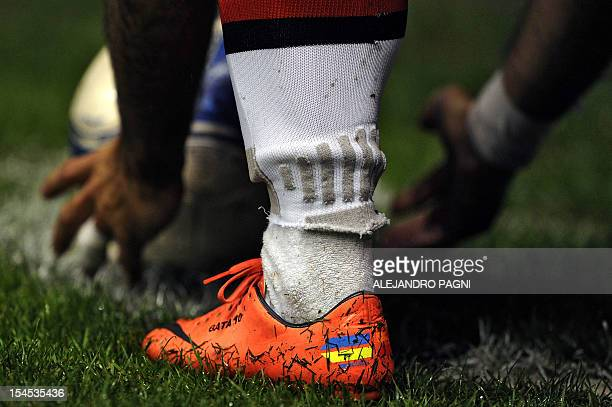 Estudiantes' forward Gaston Fernandez prepares to shoot a corner kick during their Argentine First Division football match against Boca Juniors at...