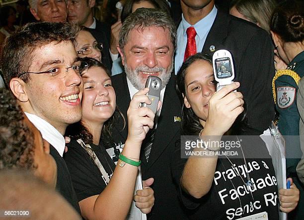 Estudiantes se toman sus fotografias con sus celulares junto al presidente de Brasil Luiz Inacio Lula da Silva durante la inauguracion de la 'Feira...