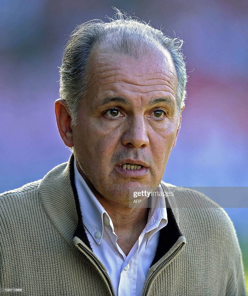 Estudiantes' team coach Alejandro Sabella watches the game during their Argentina first division football match against Rosario Central at Centenario stadium in Quilmes, south of Buenos Aires, on May 9, 2010. The match ended in a 0-0 draw. AFP PHOTO/Alejandro PAGNI