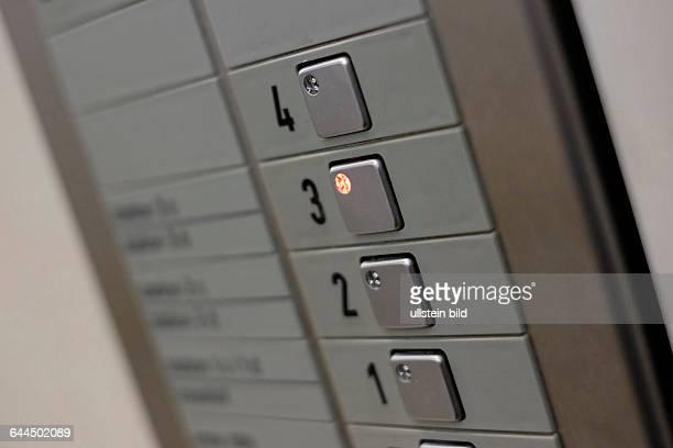 Etagenkennungen und Bedienfeld eines Fahrstuhl eines Krankenhauses in Berlin
