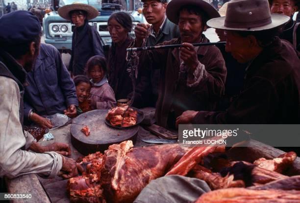 Etal de viande au marché au Tibet en septembre 1980 à Lhassa Chine