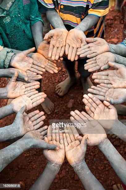 Etíope niños con las manos