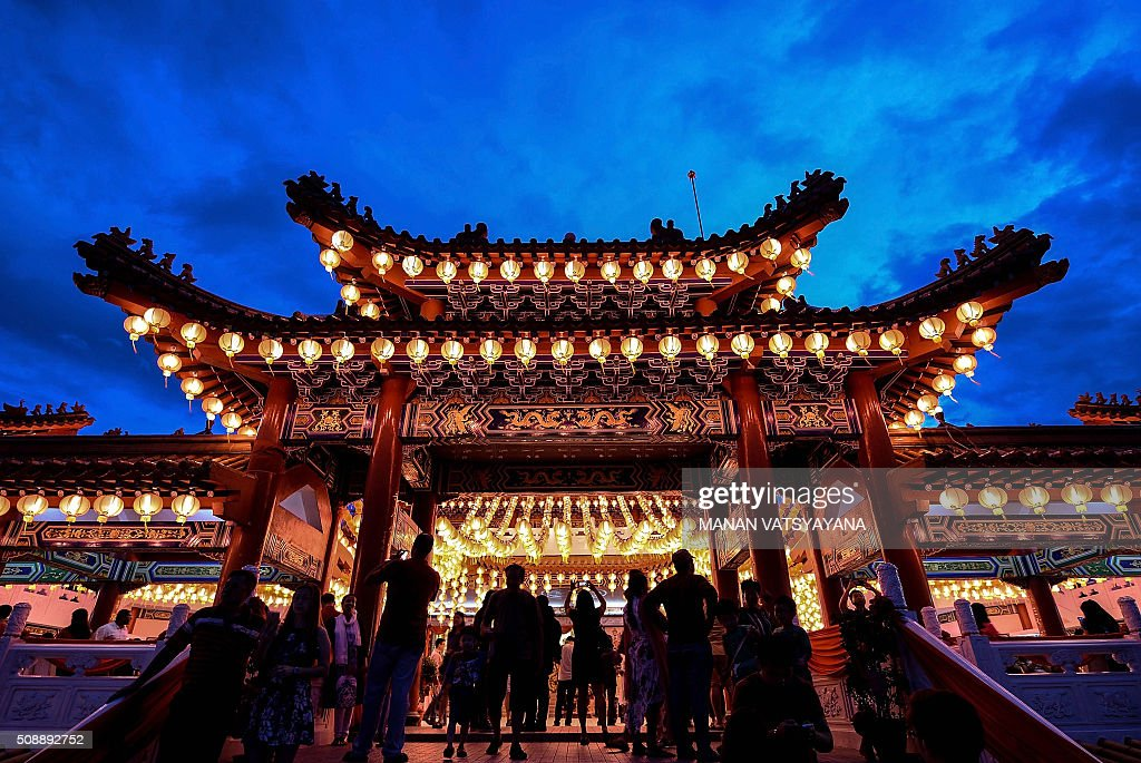 Ethnic Malaysian-Chinese devotees arrive at the Thean Hou temple decorated with red lanterns in Kuala Lumpur on February 7, 2016, on the eve of the Lunar New Year. The Lunar New Year will mark the start of the Year of the Monkey on February 8. AFP PHOTO / MANAN VATSYAYANA / AFP / MANAN VATSYAYANA