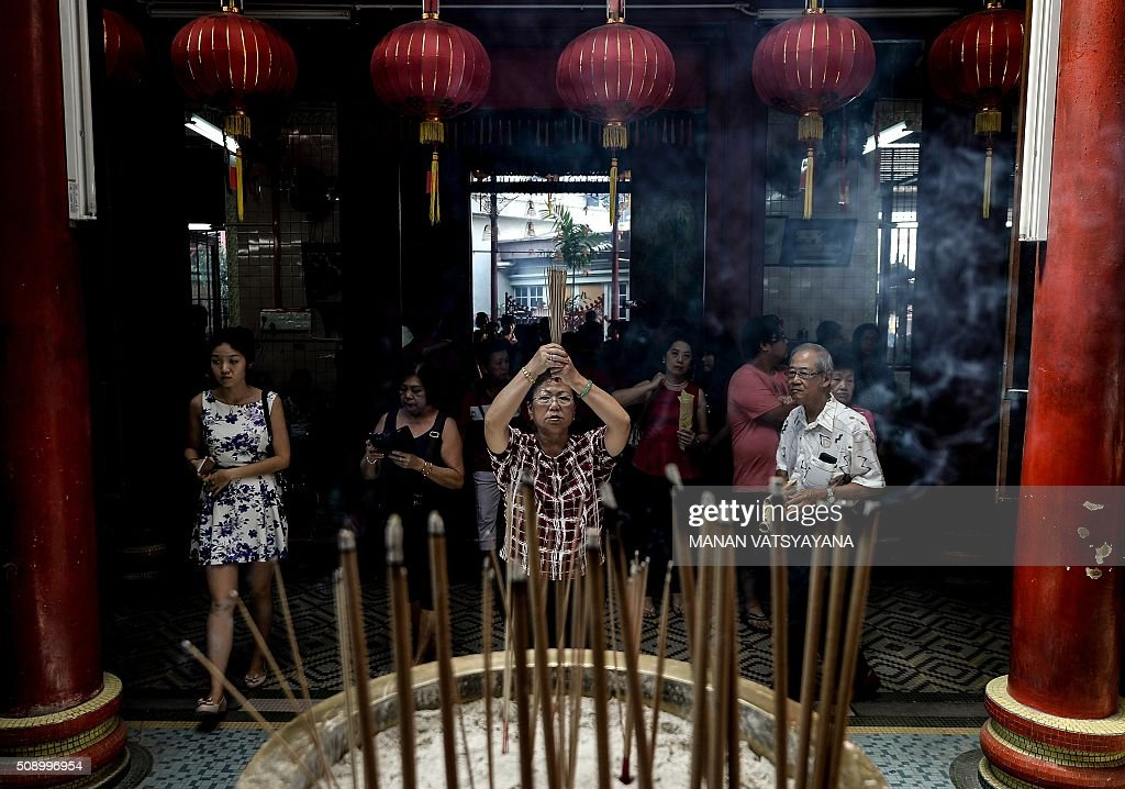 Ethnic Malaysian-Chinese devotees offer prayers at the Sin Sze Si Ya Temple on the first day of the Lunar New Year in Kuala Lumpur's popular Chinatown area on February 8, 2016. Some 25 percent of Malaysia's 29 million people are ethnic Chinese and celebrate the Lunar New Year, this year marking the Year of the Monkey. AFP PHOTO / MANAN VATSYAYANA / AFP / MANAN VATSYAYANA