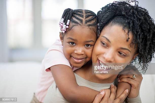 Ethnique mère et fille jouant ensemble