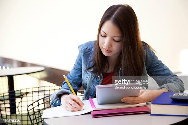 Ethnische Schüler lernen mit tablet PC