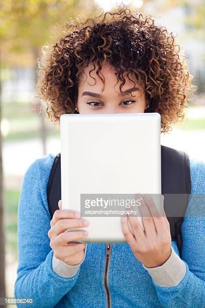 Ethnischen student mit einem digitalen tablet